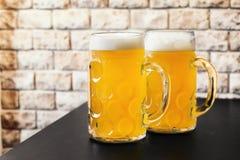 Två rånar av ljust öl på tabellen royaltyfri foto