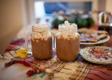 Två rånar med kakao, och marshmallower är på jultabellen royaltyfri fotografi