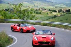 Två röd del för Ferrari 430 Scuderia spindeltagande till den Miglia Ferrari hedersgåvan 1000 Royaltyfri Bild