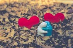 Två röd hjärta, valentindagvykort, älskar dig, mig älskar dig Arkivfoton