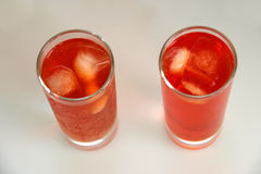 Två röda coctailar med is royaltyfri bild