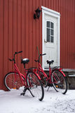 Två röda cyklar i vinter Royaltyfri Fotografi