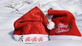 Två röda hattar för jul på den vita snön arkivfilmer