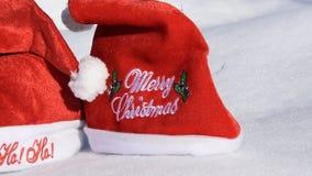 Två röda hattar för jul på den vita snön lager videofilmer