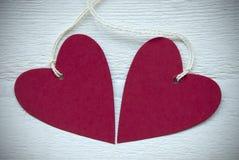 Två röda hjärtor med kopieringsutrymmeramen Royaltyfria Foton