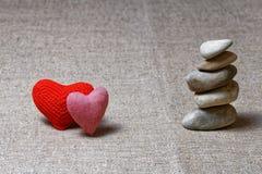 Två röda hjärtor och kolonn av stenar Arkivbilder