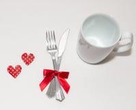 Två röda hjärtor och två vita koppar för valentindag Fotografering för Bildbyråer