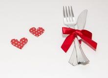 Två röda hjärtor och två vita koppar för valentindag Royaltyfri Bild