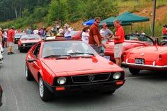 Två röda italienarelancia sportbilar som tillbaka rider för att dra tillbaka Arkivfoton