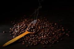 Två röda koppar av espresso med kaffebönor på mörk träbakgrund Arkivfoto