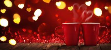 Två röda koppar kaffe med hjärtor Arkivbilder