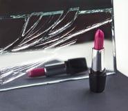 Två röda läppstift, gör perfekt det kontra ofullbordade symboliska begreppet ide Royaltyfri Foto