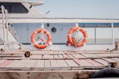 Två röda livboj som hänger på det touristic fartyget royaltyfri bild