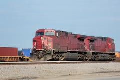 Två röda lokomotiv på en fraktgård Arkivfoton