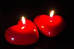 Två röda stearinljus i form av hjärta Royaltyfri Fotografi