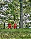 Två röda stolar för ett avslappnande ögonblick royaltyfria bilder