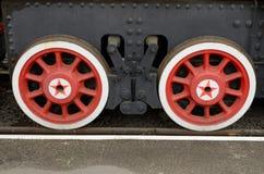 Två röda vagnhjul Arkivfoto