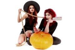 Två rödhårig mankvinnor med den blodiga handhalloween platsen Royaltyfria Foton