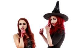 Två rödhårig mankvinnor med den blodiga handhalloween platsen Royaltyfri Bild