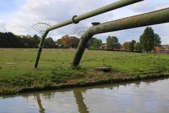 Två rörbroar över vattenvägen arkivfoton