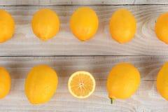 Två rader av citroner Arkivbild