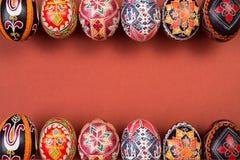 Två rader av easter ägg, färgeaster bakgrund Ram av easter ägg, pysankas Royaltyfri Foto
