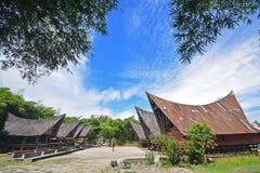 Två rader av Jabu hus och mindre vilar område av Toba Batak traditionell arkitektur på den Samosir ön, sjön Toba, norr Sumatra arkivfoto