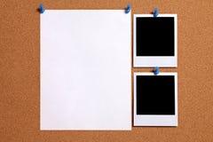 Två ramar för foto för polaroidstilmellanrum med den pappers- affischen som klämmas fast för att korka anslagstavlan, kopieringsu Royaltyfria Foton