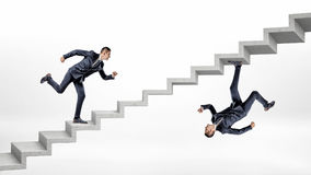 Två rinnande övre konkreta trappa för affärsmän i vulten reflekterad bild av de Arkivbilder