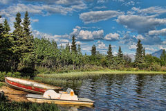 Två roddbåtar på en blå sjö Royaltyfria Bilder
