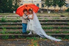 Två rolig liten brud och brudgum Royaltyfria Bilder