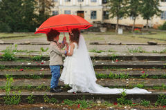 Två rolig liten brud och brudgum Royaltyfri Foto
