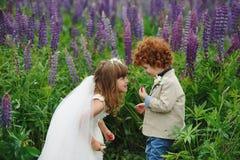 Två rolig liten brud och brudgum Royaltyfri Bild