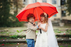 Två rolig liten brud och brudgum Fotografering för Bildbyråer