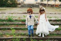 Två rolig liten brud och brudgum Arkivfoton