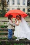 Två rolig liten brud och brudgum Arkivbild
