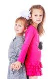 Två roliga systrar står tillbaka för att dra tillbaka Arkivbilder