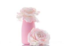 Två rosa konstgjorda rosor med vasen Fotografering för Bildbyråer