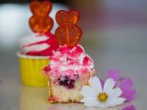 Två rosa läckra muffin som fylls med blommor arkivbilder