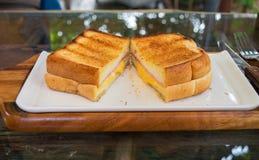 Två rostade skinka och ostsmörgåsar Arkivbild