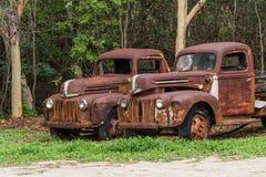 Två rostiga gamla Ford lastbilar Royaltyfri Bild