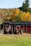 Två rostiga gamla traktorer royaltyfri fotografi