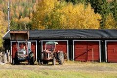 Två rostiga gamla traktorer royaltyfri bild