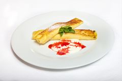 Två rullande pannkakor med ostmassa och gräddfil Royaltyfria Bilder