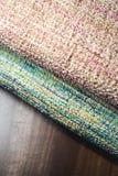 Två rullar av färgrikt tyg på trätabellen Royaltyfri Bild