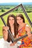 Två rumänska modeller i en bildram royaltyfri foto