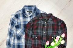 Två rutiga skjortor, bukett av tulpan för begreppsframsida för skönhet blå ljus kvinna för makeup för mode Arkivbilder