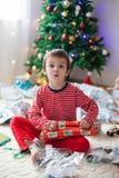 Två söta pojkar, öppnande gåvor på juldag Royaltyfria Bilder