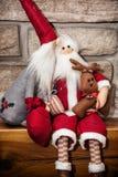Två Santas som göras av torkduken med renen som sitter över stenen fi Arkivfoto