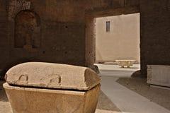 Två sarkofag och badar i vit marmor på baden av Dioc arkivbilder
